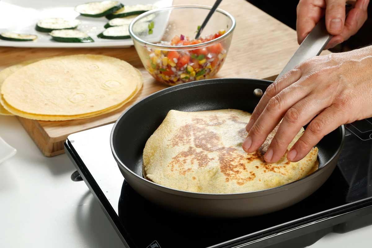 Cerramos con otra tortilla y las hacemos en la sartén.