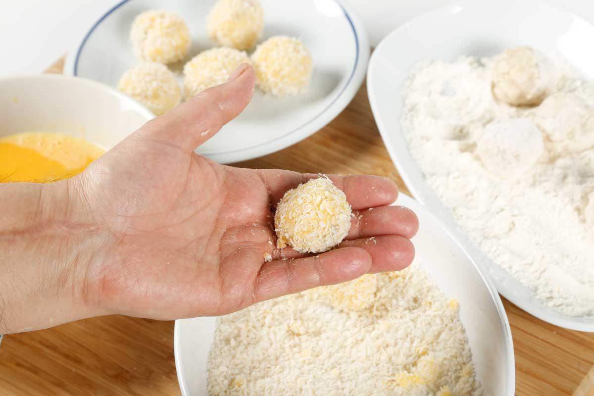 Formamos las bolitas y rebozamos con harina, huevo y pan rallado.