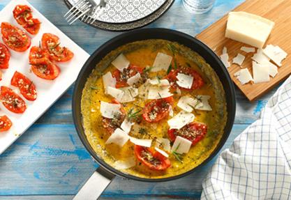 Tortilla francesa rellena de tomate confitado y parmesano