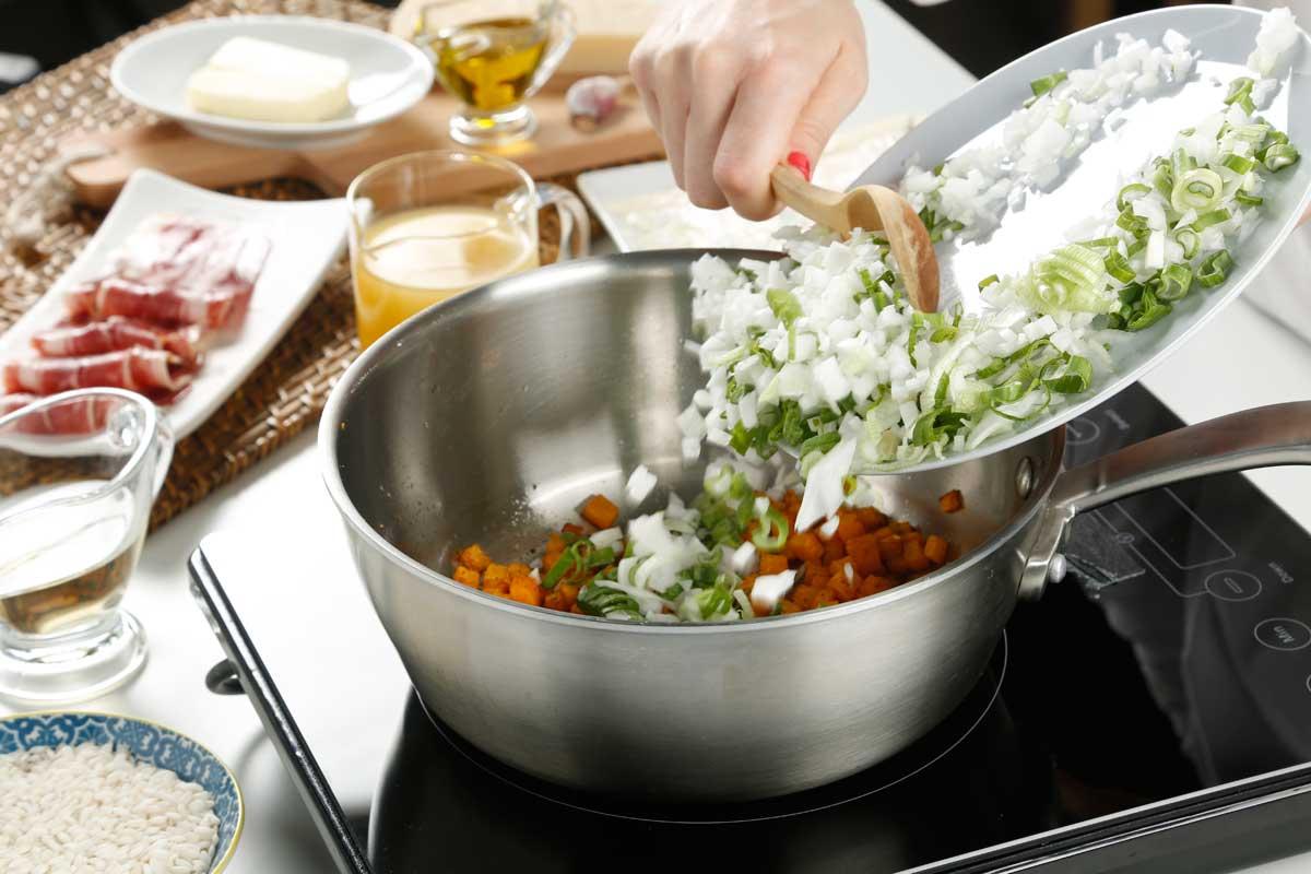 Doramos la calabaza, añadimos la cebolla y los ajos picados.