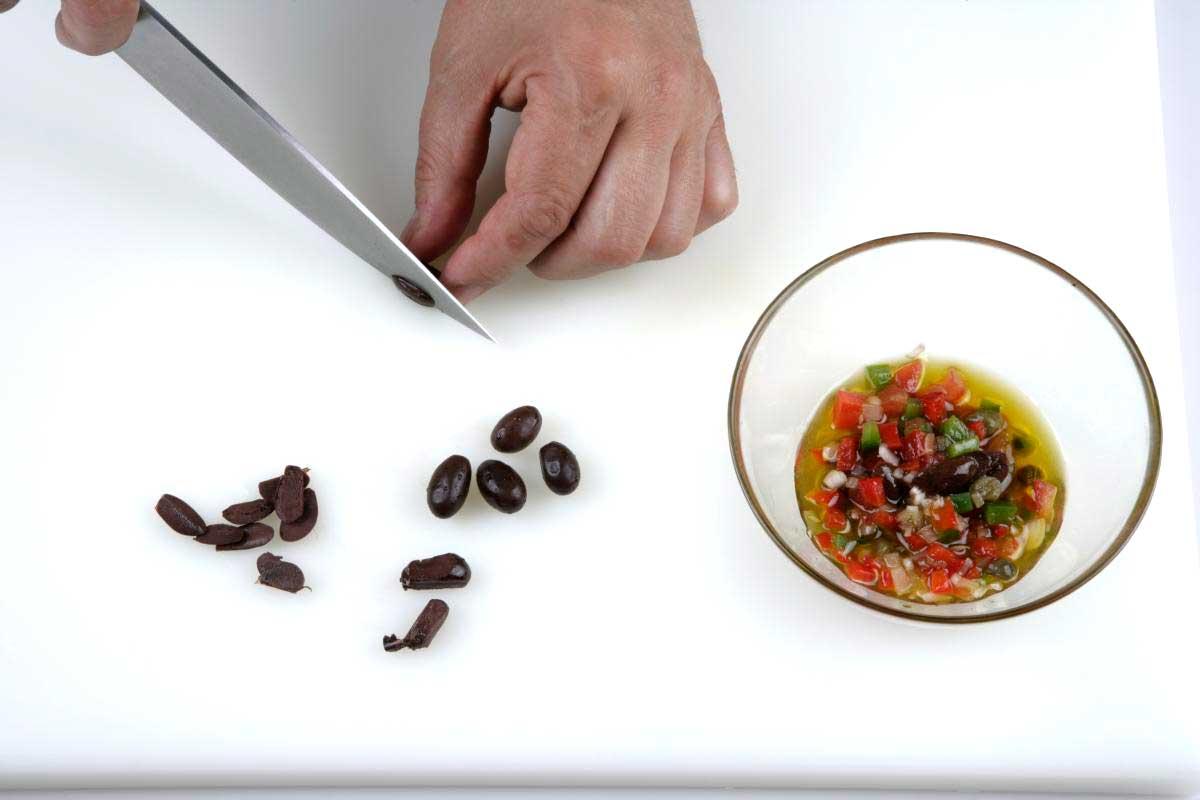 Disponemos las verduras junto con las aceitunas y las aliñamos.