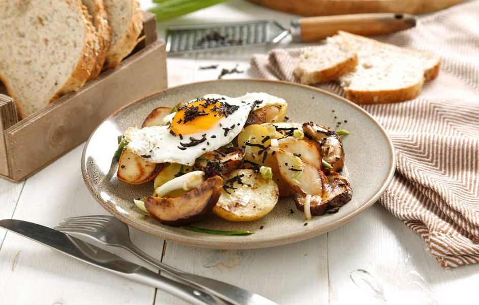 Huevos rotos con boletus y trufa