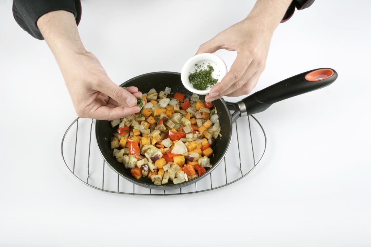 Salteamos las verduras y añadimos perejil picado.