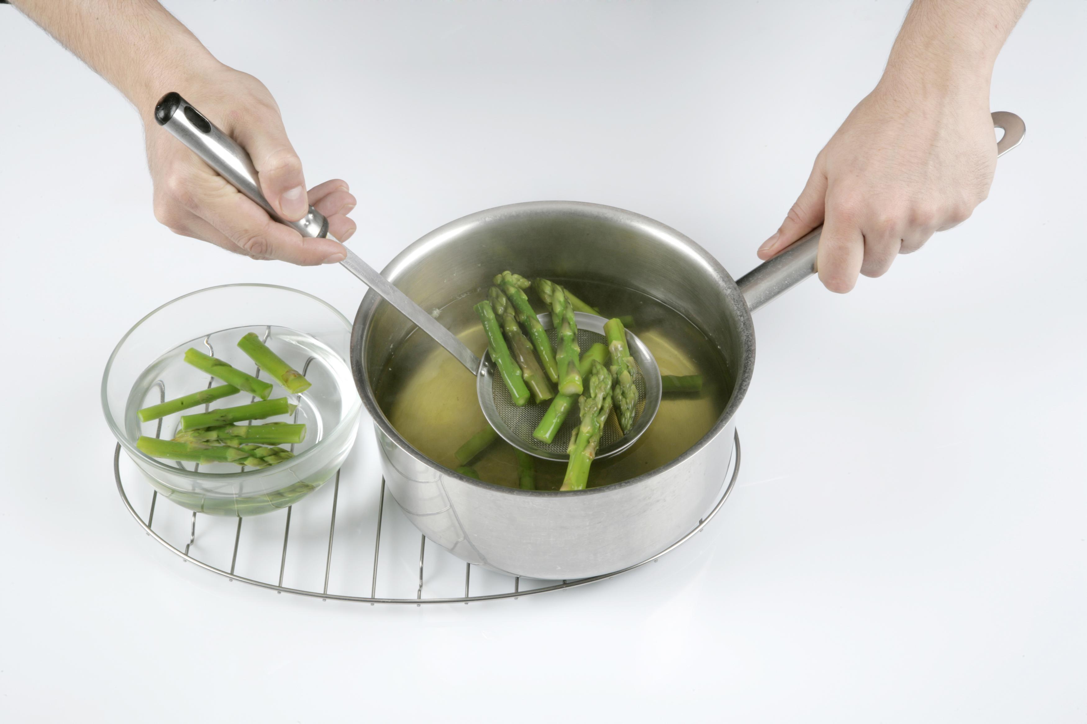 Cocemos los espárragos durante 3 minutos aproximadamente.