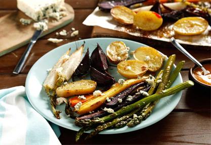 Ensalada de verduras asadas con queso azul y vinagreta romescu