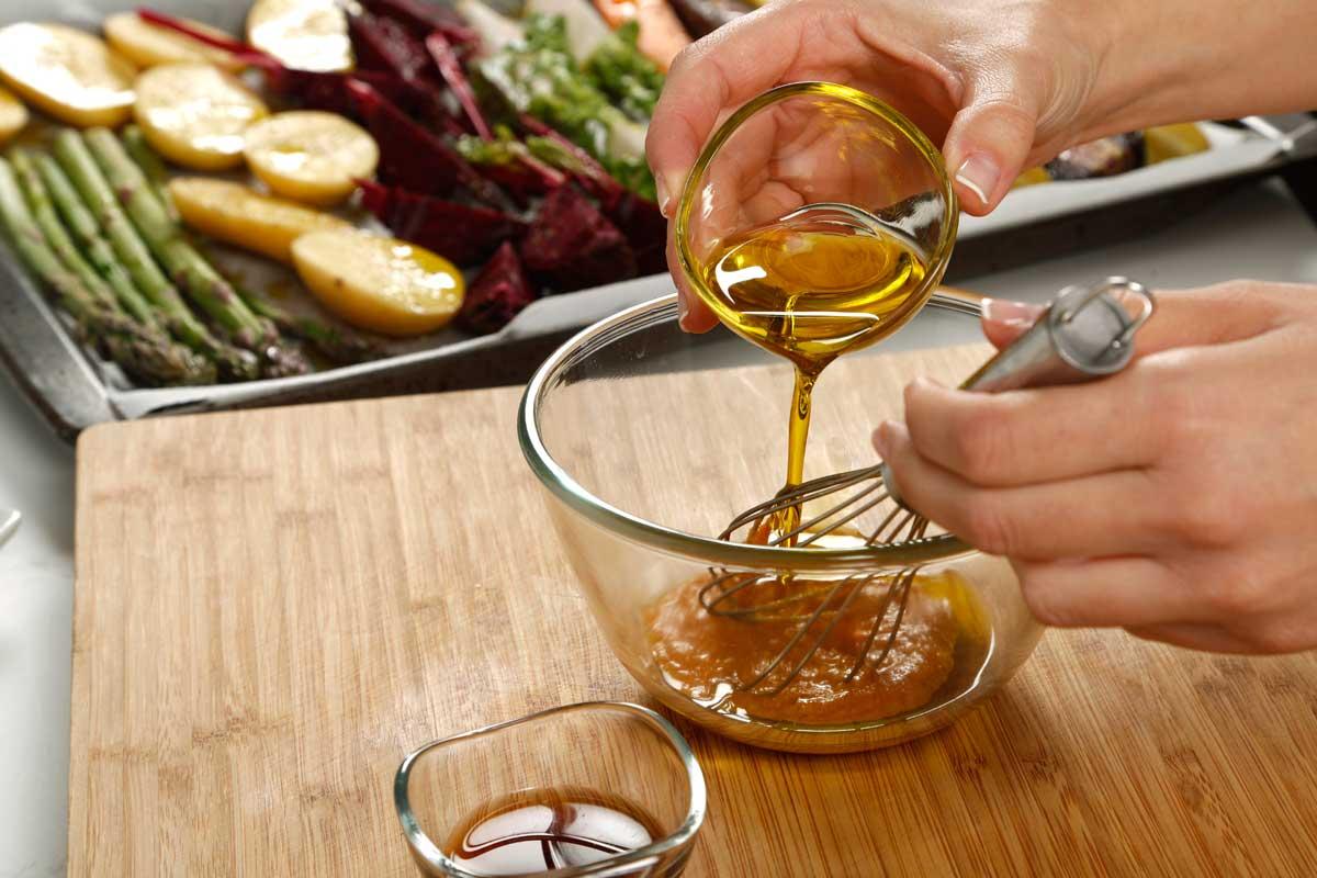 Preparamos la vinagreta mezclando el romesco con el aceite y el vinagre