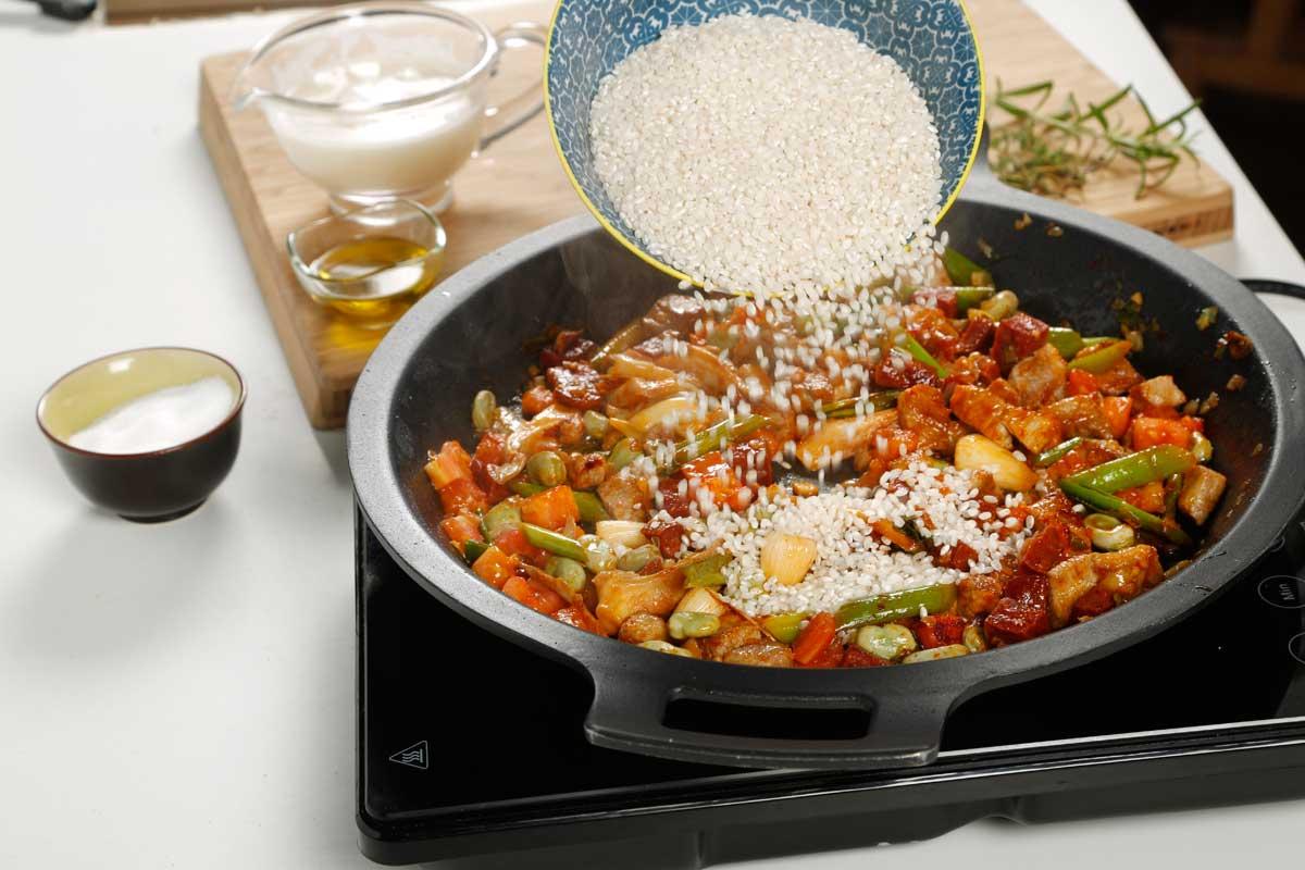 Añadimos el arroz y rehogamos unos segundos.