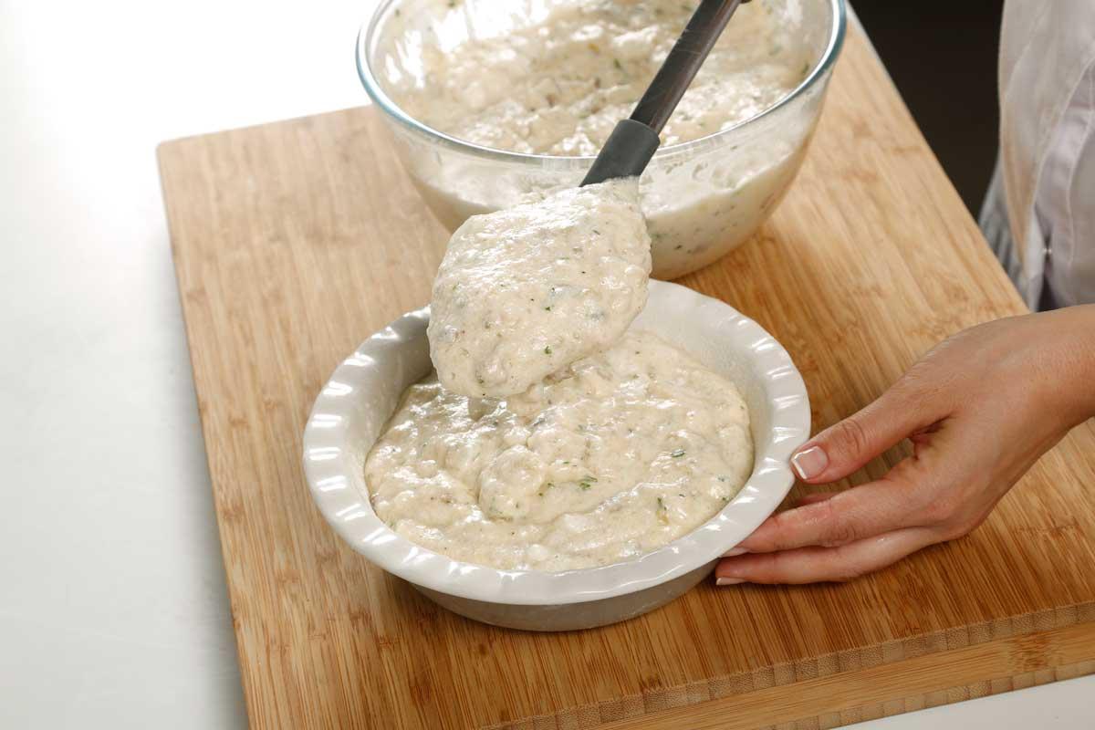 Vertemos la mezcla en un molde previamente engrasado.
