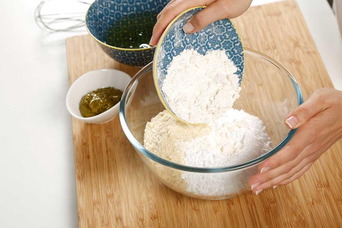 Mezclamos el azúcar, la almendra en polvo y la harina.