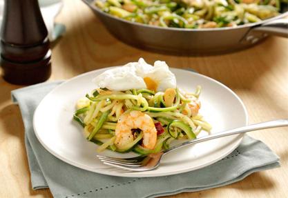 Salteado de espaguetis de calabacín con gambas