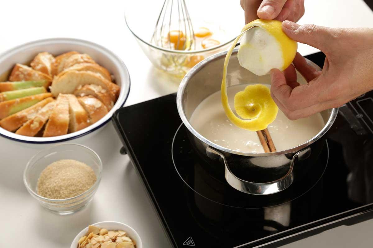 Hervimos la leche, la nata, el azúcar la rama canela, y la cascara de limón.