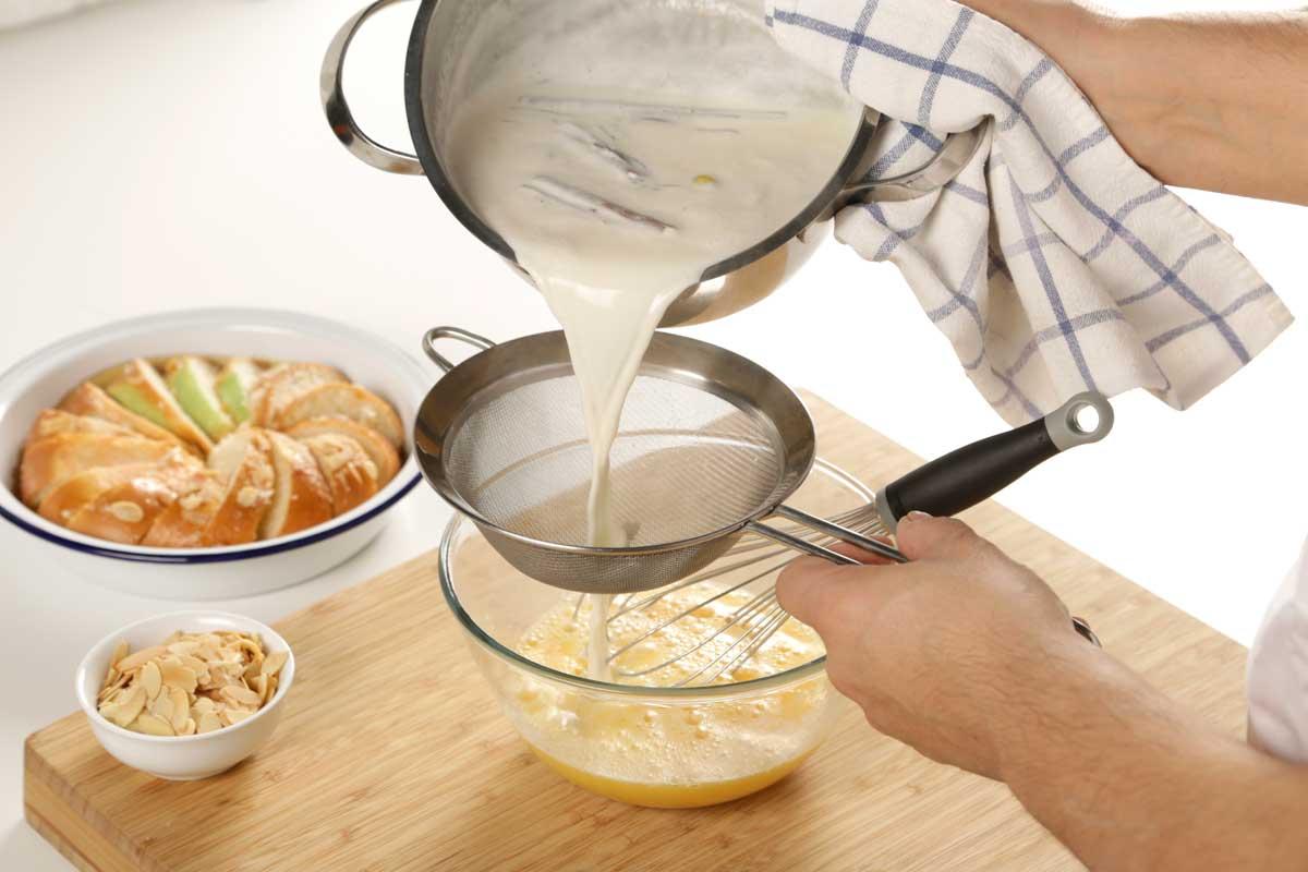 Batimos los huevos y los mezclamos con la leche infusionada.