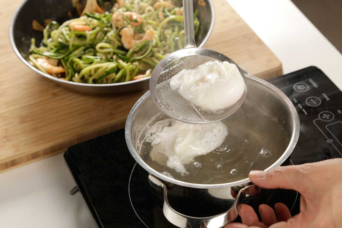 Escalfamos los huevos en agua y vinagre.