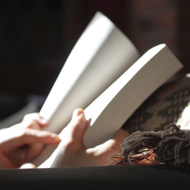 Sustituye tu smartphone por un libro antes de ir a la cama.
